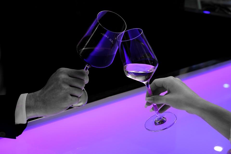 Cómo coger correctamente una copa de vino