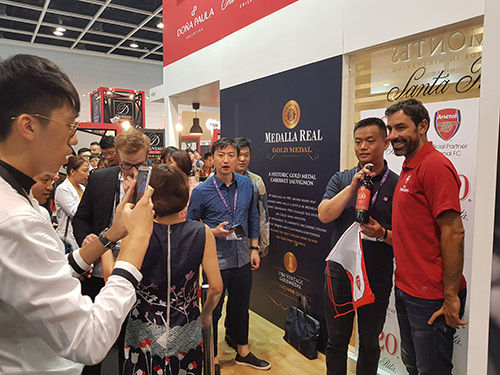 Leyenda del Arsenal Robert Pires, generó gran expectación en Vinexpo Hong Kong de la mano de Viña Santa Rita