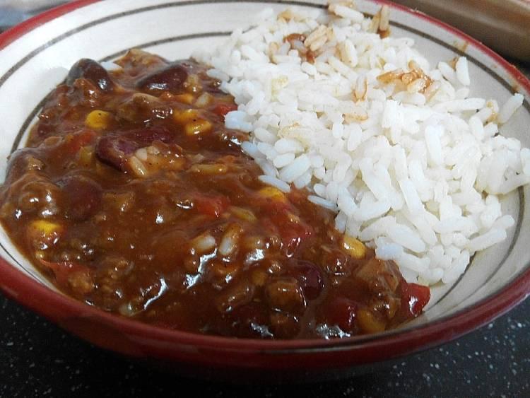 Chili con carne y arroz blanco